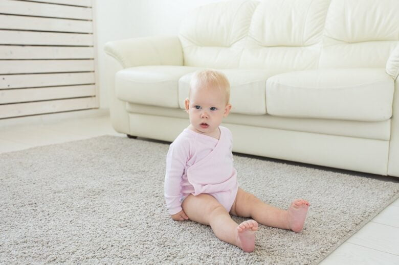 niemowlę siedzi na podłodze
