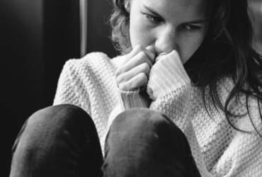 smutna kobieta po rozstaniu